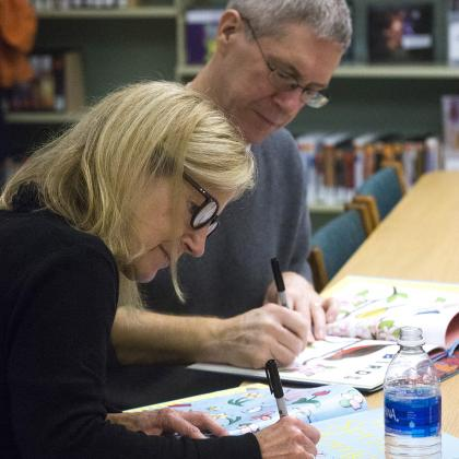 Laura Dronzek and Kevin Henkes sign books.